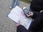 Arbeit mit GPS und Stadtplan (Copyright: Wolfgang Roth)